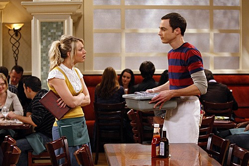 Jim Parsons e Kaley Cuoco in una scena di The Einstein Approximation dalla terza stagione di The Big Bang Theory