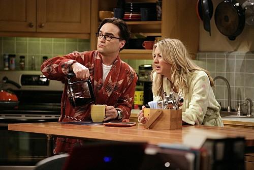 Johnny Galecki e Kaley Cuoco in una scena di The Einstein Approximation dalla terza stagione di The Big Bang Theory