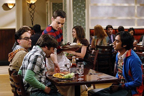 Johnny Galecki, Jim Parsons, Simon Helberg e Kunal Nayyar in una scena di The Einstein Approximation dalla terza stagione di The Big Bang Theory