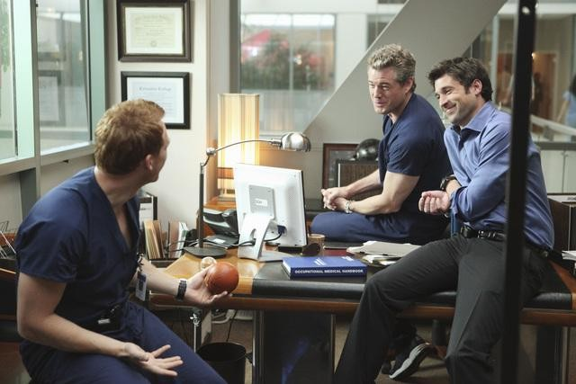 Kevin McKidd, Eric Dane e Patrick Dempsey in una scena di State of Love and Trust dalla sesta stagione di Grey's Anatomy