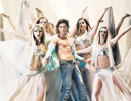 l'attore indiano Shahrukh Khan beato tra le donne