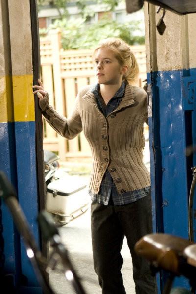 Magda Apanowicz in una scena di Gravedancing dalla prima stagione di Caprica