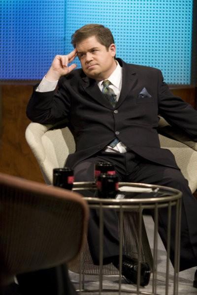 Patton Oswalt in una scena di Gravedancing dalla prima stagione di Caprica