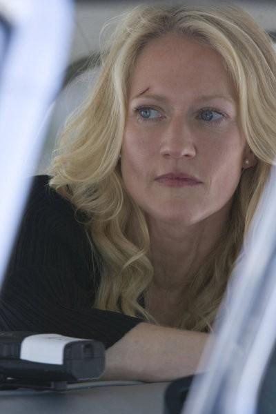 Paula Malcomson in una scena di Gravedancing dalla prima stagione di Caprica