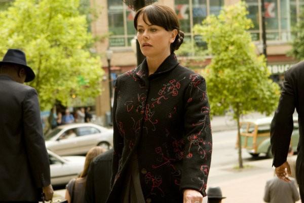 Polly Walker in una scena di Gravedancing dalla prima stagione di Caprica