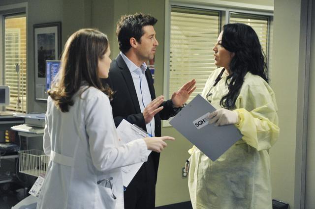 Sarah Drew, Sara Ramirez e Patrick Dempsey in una scena di Valentine's Day Massacre dalla sesta stagione di Grey's Anatomy