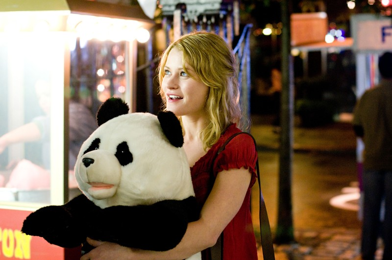 Emilie de Ravin abbraccia un enorme panda di peluches nel film Remember Me