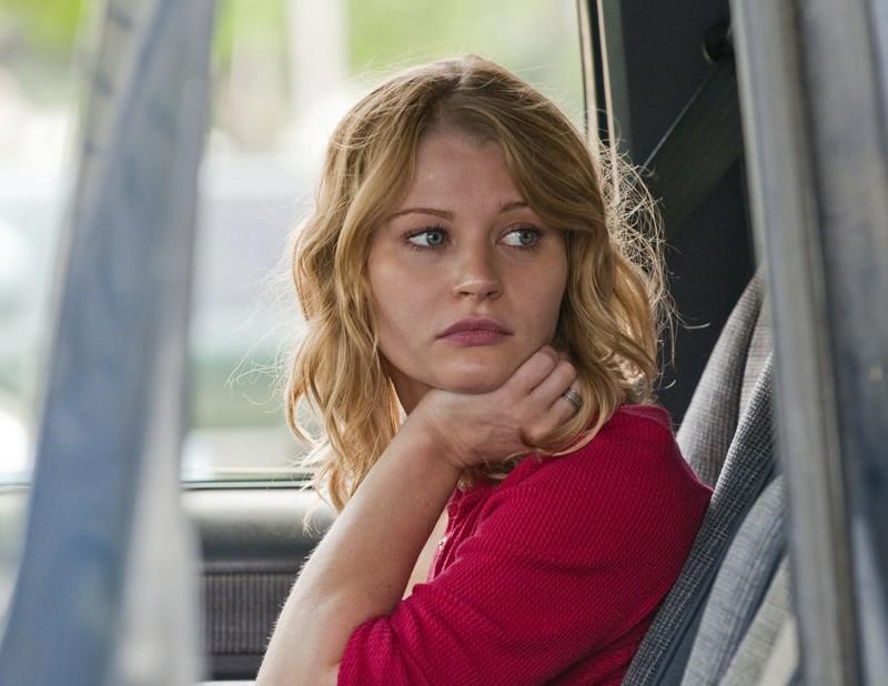 Emilie de Ravin aspetta in auto in un momento del film Remember Me