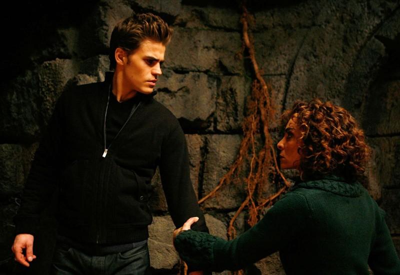 Nonna Bennett (Jasmine Guy) trattiene Stefan (Paul Wesley) in una scena dell'episodio Fool Me Once di Vampire Diaries