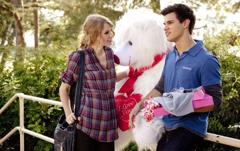 Taylor Swift e Taylor Lautner in una sequenza del film Valentine's Day