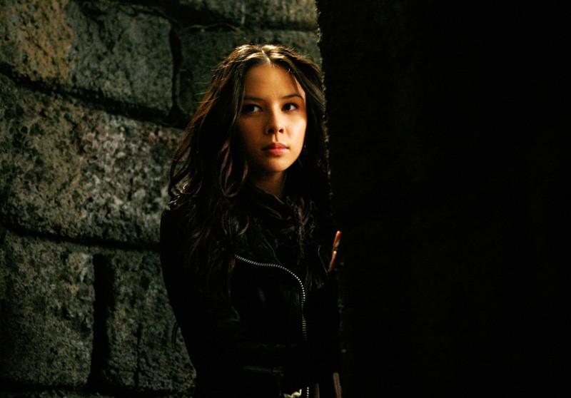 Una scena all'interno della tomba nell'episodio Fool Me Once di Vampire Diaries con Anna (guest star Malese Jow)