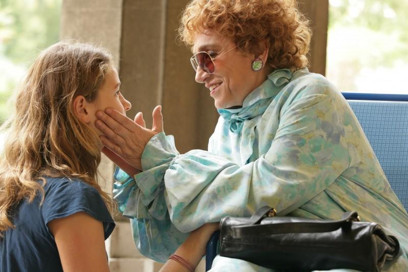 Chiara Passarelli e Piera Degli Esposti in una scena del film Genitori & figli - Agitare bene prima dell'uso