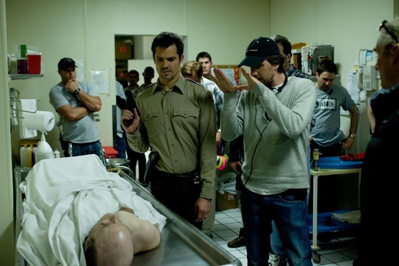 Timothy Olyphant, il regista Breck Eisner e parte della troupe durante le riprese del film The Crazies