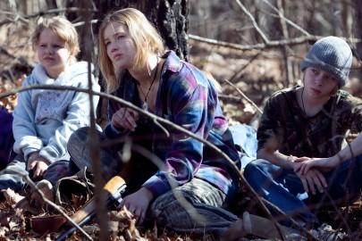 Ashlee Thompson, Jennifer Lawrence, Isaiah Stone in una sequenza di Winter's Bone.