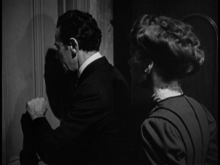 Charles Wagenheim e Ellen Corby in una scena del film La scala a chiocciola ( 1946 )