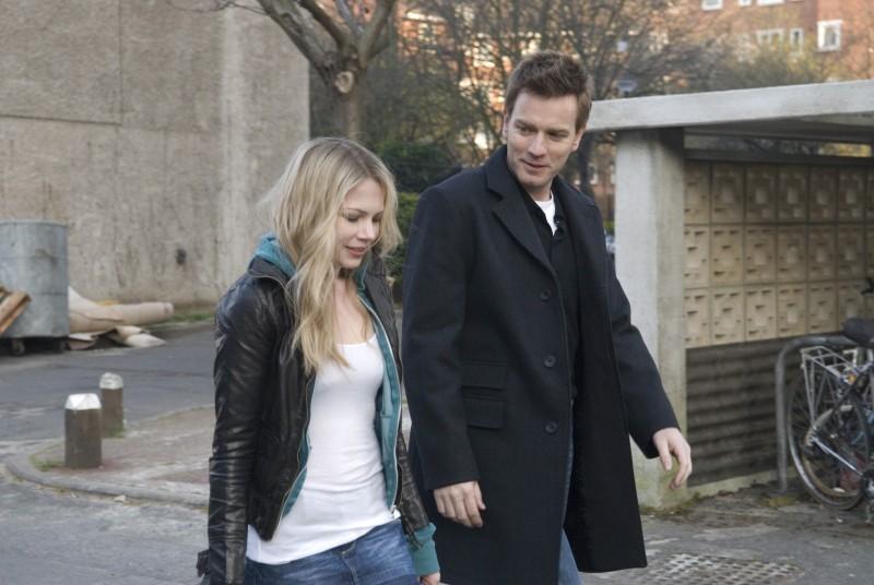 Michelle Williams e Ewan McGregor in una scena del film Senza apparente motivo