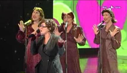 Sanremo 2010, prima serata: Arisa canta Malamorenò accompagnata dalle Sorelle Marinetti