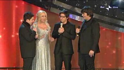 Festival di Sanremo 2010, seconda serata: Antonella Clerici con i tre giovani tenori di 'Ti lascio una canzone'