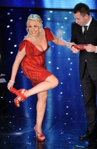 Sanremo 2010: Antonella Clerici si sfila la giarrettiera prima di annunciare Dita Von Teese. Accanto e lei Antonio Cassano.