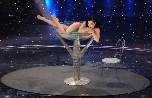 Sanremo 2010: Dita Von Teese adagiata nel bicchiere di Martini