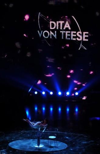 Sanremo 2010: Dita Von Teese durante la sua performance al Festival