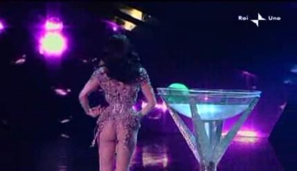 Sanremo 2010, prima serata: Dita Von Teese durante il suo strip-tease