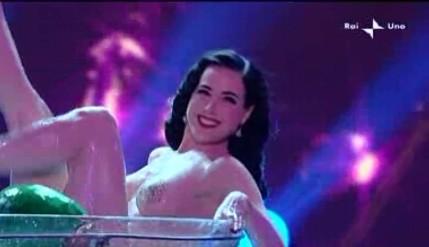 Sanremo 2010, prima serata: la divina del burlesque, Dita Von Teese