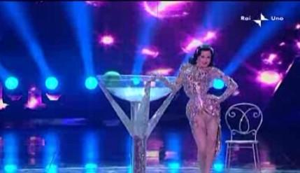Sanremo 2010, prima serata: lo striptease di Dita Von Teese