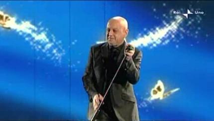 Sanremo 2010, seconda serata: Enrico Ruggeri durante la sua esibizione