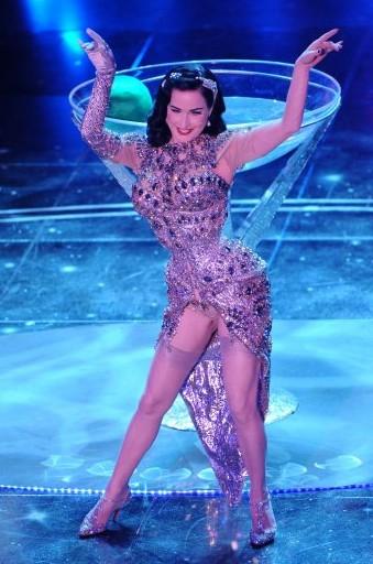Sanremo 2010: una splendida Dita Von Teese agli inizi della sua performance
