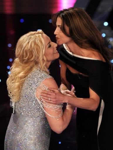 Sanremo 2010, seconda serata: Antonella Clerici con la Regina di Giordania.