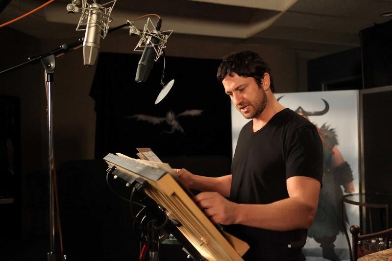 Gerard Butler durante il doppiaggio di Stoick nel film Dragon Trainer