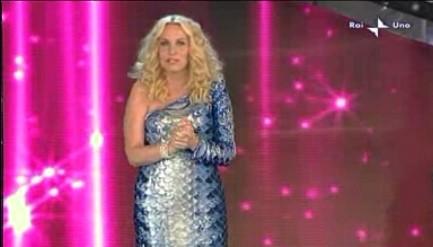 Sanremo 2010, quarta serata: Antonella Clerici in abito da 'sirena'