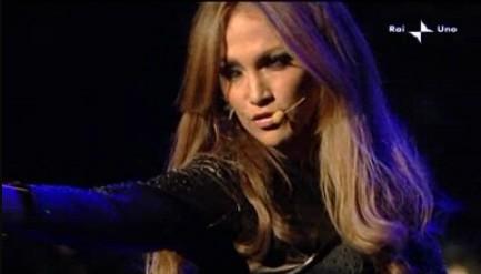 Sanremo 2010, quarta serata: Jennifer Lopez durante il suo medley