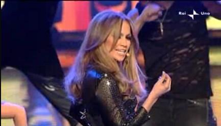Sanremo 2010, quarta serata: Jennifer Lopez durante un medley