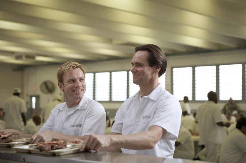 Ewan McGregor e Jim Carrey detenuti sorridenti nel film I Love You Phillip Morris
