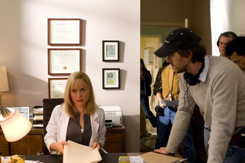L'attrice Radha Mitchell e il regista Breck Eisner sul set del film The Crazies