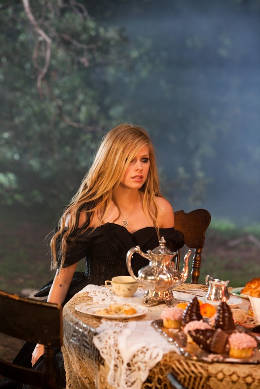 La bellissima Avril Lavigne in una foto tratta dal video musicale: Alice (Underground) ispirato al film Alice in Wonderland