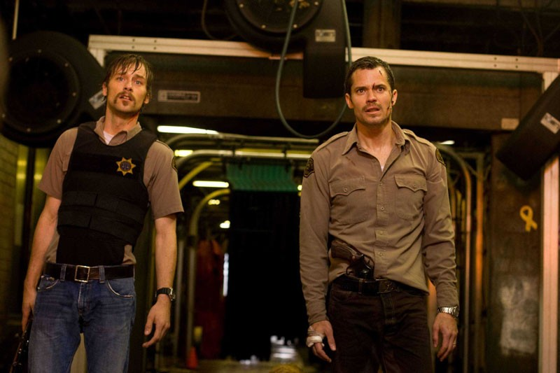 Russell (Joe Anderson) e David (Timothy Olyphant) in una scena del film The Crazies