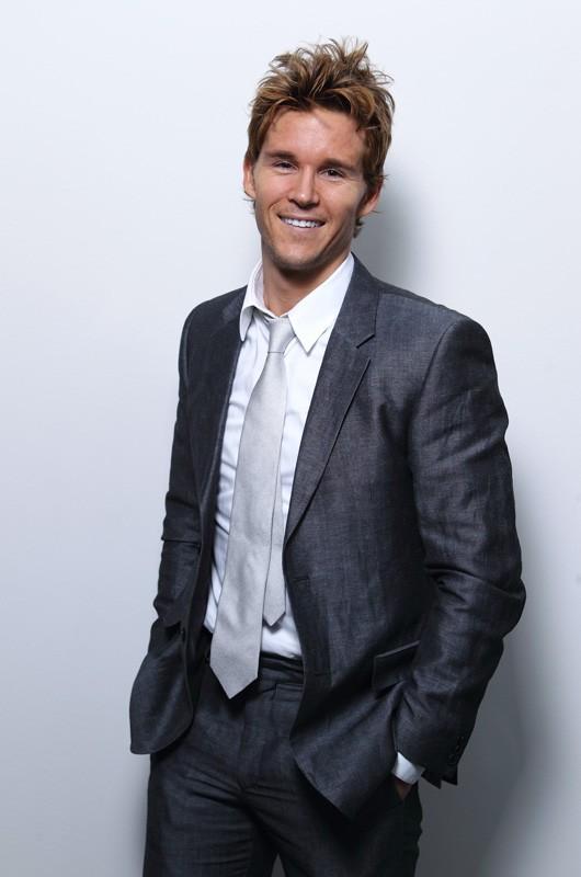Un elegante Ryan Kwanten in giacca e cravatta