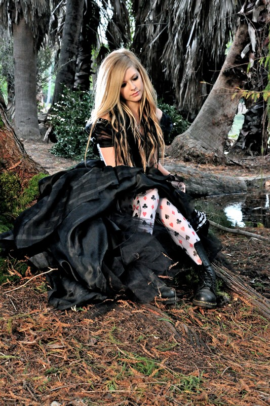 Una foto di Avril Lavigne tratta dal video musicale: Alice (Underground) ispirato al film Alice in Wonderland