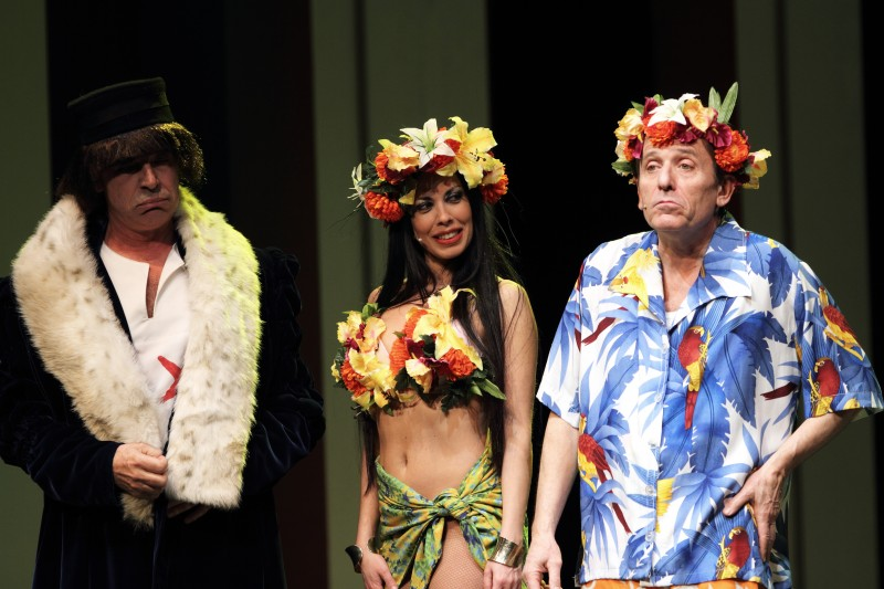 Fulvia Lorenzetti, Tullio Solenghi e Maurizio Micheli in scena con Italiani si nasce