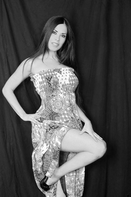 l\'attrice Fulvia Lorenzetti in una sensuale posa in bianco e nero
