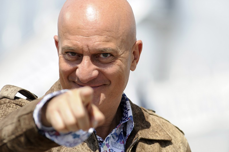 Claudio Bisio è Lello nella serie Due imbroglioni e mezzo