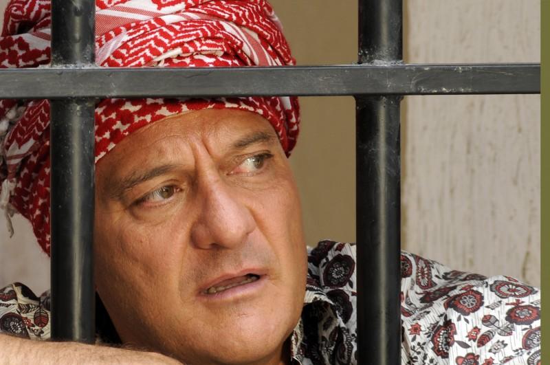 Claudio Bisio nel ruolo di Lello nella serie Due imbroglioni e mezzo