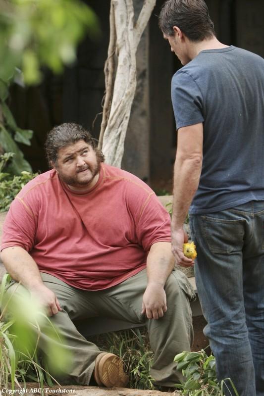 Jorge Garcia e Matthew Fox in una scena dell'episodio Lighthouse di Lost