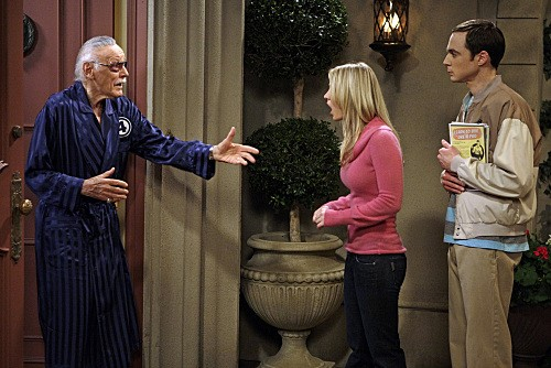 La guest star Stan Lee con Jim Parsons e Kaley Cuoco nell'episodio The Excelsior Acquisition di The Big Bang Theory