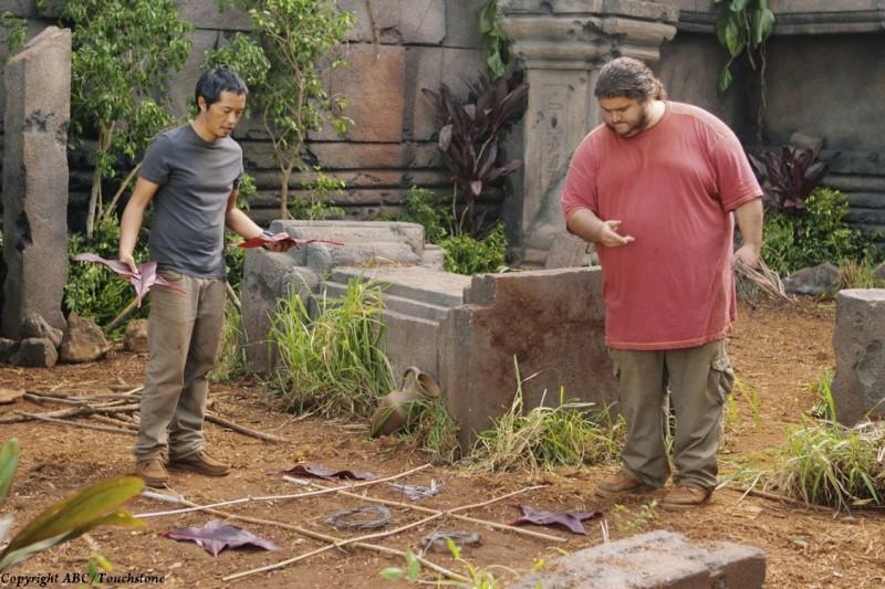 Lost: Jorge Garcia e Matthew Fox in una scena dell'episodio Lighthouse