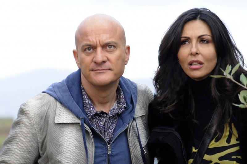 Sabrina Ferilli nel ruolo di Gina e Claudio Bisio nel ruolo di Lello nella serie Due imbroglioni e mezzo