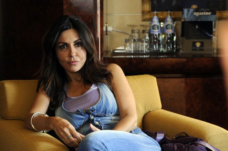 Sabrina Ferilli nel ruolo di Gina nella serie Due imbroglioni e mezzo